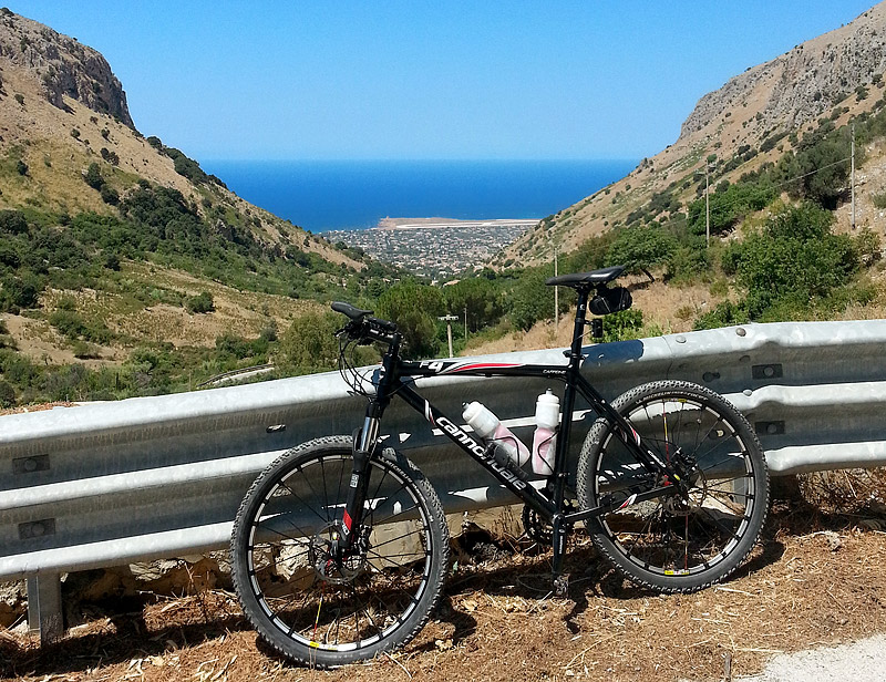 My Cannondale F4 on the descent towards the town of Cinisi