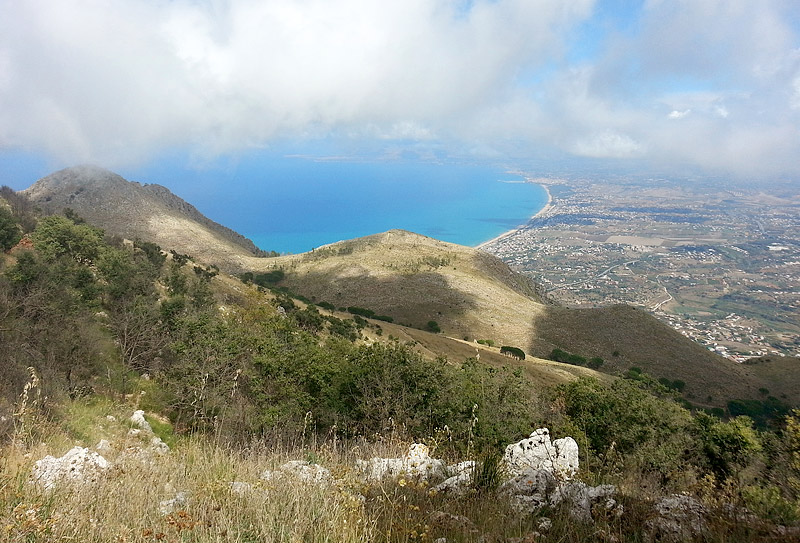 On the descend with great views of the Golfo di Castellammare.